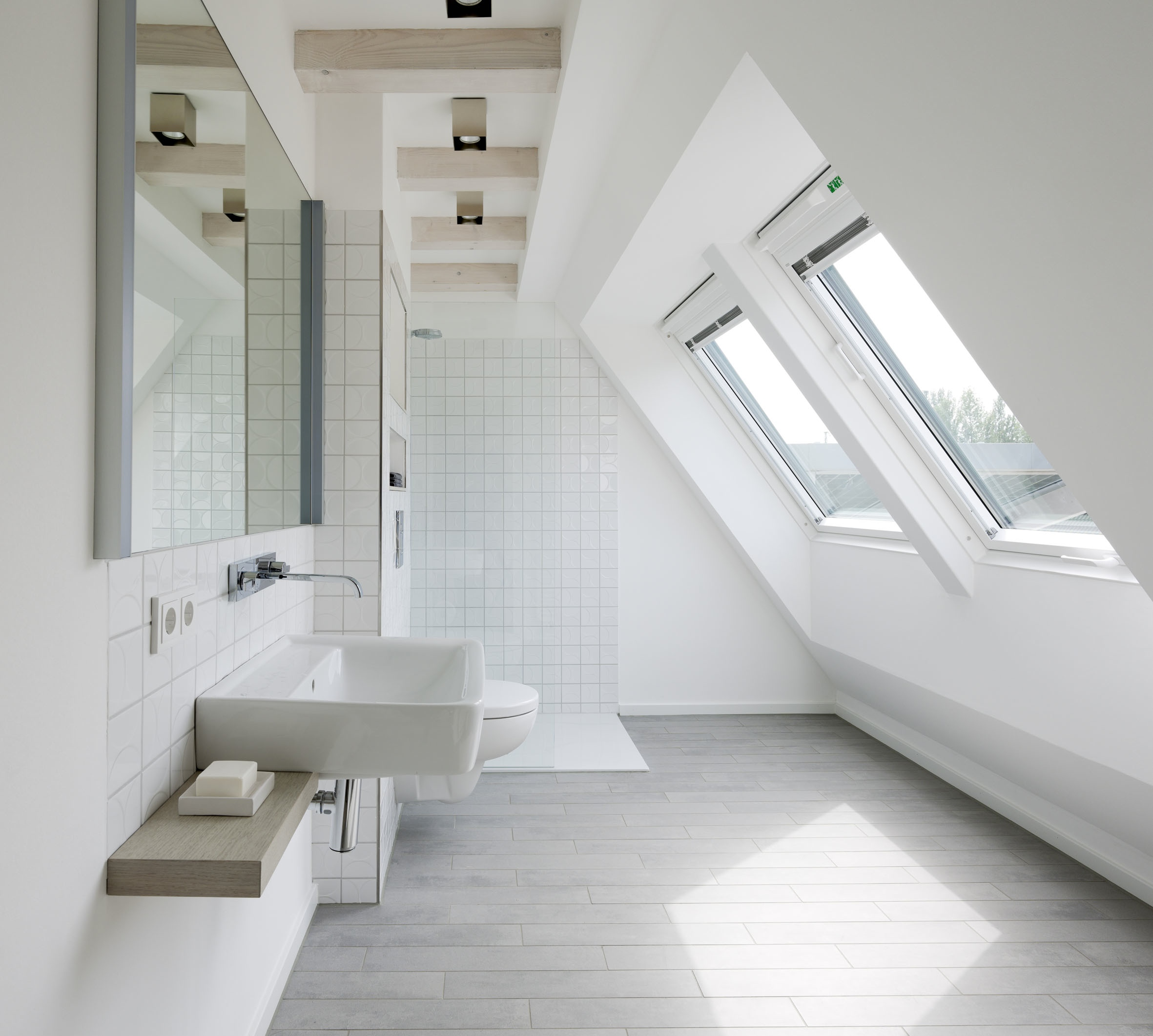 Salle de bains sous les combles un espace de bien tre for Amenagement salle de bain avec fenetre