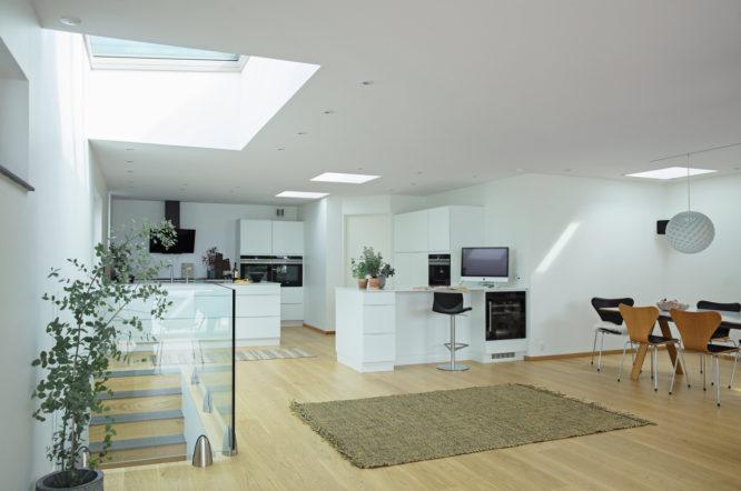 amenagement-cuisine-lumiere-combles-optimiser-espaces-meubles-parquet-bois